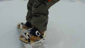 Snowboarder στη διαδρομή στα αλπικά βουνά pov απόθεμα βίντεο