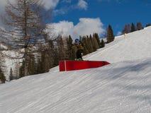 Snowboarder στη δράση: Άλμα στο βουνό Snowpark στοκ φωτογραφίες