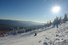 Snowboarder στο άσπρο piste Στοκ εικόνα με δικαίωμα ελεύθερης χρήσης