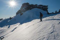 Snowboarder στο βουνό Στοκ εικόνα με δικαίωμα ελεύθερης χρήσης