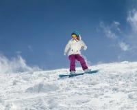 Snowboarder двигая вниз Стоковая Фотография