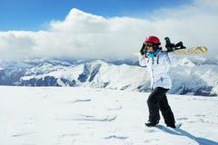 Snowboarder девушки в горах Стоковые Фотографии RF
