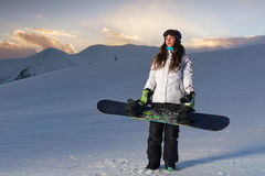 Snowboarder девушки в горах Стоковое Фото