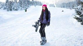 Snowboarder девушки стоит самостоятельно на наклоне лыжи в зиму Стоковое фото RF