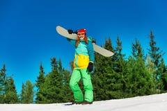 Snowboarder держа стол snowboarder стоковое изображение rf
