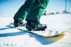 Snowboarder ехать холм снега, весьма спорт стоковые фотографии rf