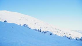 Snowboarder ехал на горных склонах, упал вниз и решил видеоматериал