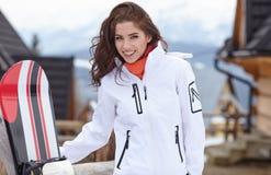 Snowboarder женщины зима валов снежка неба лож заморозка мрачного дня ветвей сини Красивая девушка на snobord Стоковые Изображения RF
