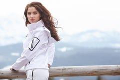 Snowboarder женщины зима валов снежка неба лож заморозка мрачного дня ветвей сини Красивая девушка на snobord Стоковые Фото