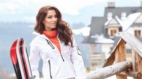 Snowboarder женщины зима валов снежка неба лож заморозка мрачного дня ветвей сини Красивая девушка на snoborde в th Стоковые Фотографии RF