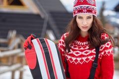 Snowboarder женщины на зимний день наклонов морозный Красивейшее gir Стоковые Изображения RF