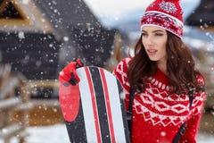 Snowboarder женщины на зимний день наклонов морозный Красивейшее gir Стоковые Изображения
