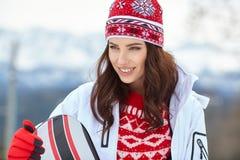 Snowboarder женщины на зимний день наклонов морозный Красивейшее gir Стоковая Фотография