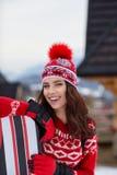Snowboarder женщины на зимний день наклонов морозный Красивейшее gir Стоковое фото RF