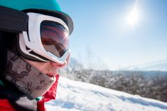 Snowboarder исследуя снежные горы Стоковые Изображения RF