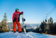 Snowboarder исследуя снежные горы Стоковая Фотография RF