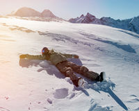 Snowboarder молодой женщины на снеге Стоковые Изображения