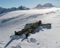 Snowboarder молодой женщины на снеге Стоковые Фото