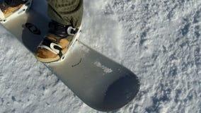 Snowboarder на следе в высокогорных горах pov видеоматериал