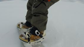 Snowboarder на следе в высокогорных горах pov сток-видео