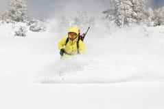 Snowboarder на холме стоковые фотографии rf