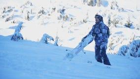 Snowboarder носит его сноуборд акции видеоматериалы