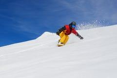 Snowboarder очень быстро идет вниз с наклона freerider Стоковая Фотография RF