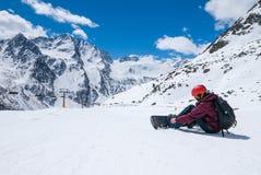 Snowboarder подготавливая для сноубординга Стоковое Изображение
