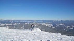 Snowboarder спускает покрытый снег наклон видеоматериал