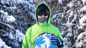 Snowboarder стоя среди снег-покрытых елей в лыжной маске Стоковые Фотографии RF