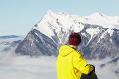 Snowboarder adolescente que admira Mountain View Foto de archivo