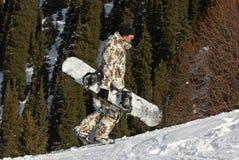 Snowboarder alegre na inclinação do esqui Imagens de Stock