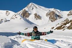 Snowboarder appréciant la neige de poudre Photo stock