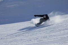 Snowboarder auf dem abschüssigen am sonnigen Tag Stockfotografie