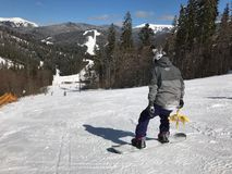 Snowboarder auf dem Skibericht Ansicht über den steilen Schnee abwärts stockbilder