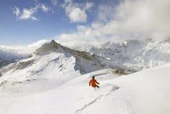 Snowboarder auf einem Gebirgshintergrund lizenzfreie stockfotos