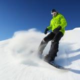 Snowboarder auf Piste im Hochgebirge stockbilder