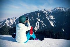 Snowboarder bierze selfie podczas gdy snowboardingon zimy góry wierzchołka skłon Fotografia Royalty Free