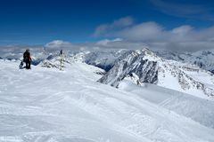 Snowboarder bovenop een berg in de toevlucht van Solden stock afbeeldingen
