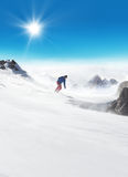 Snowboarder che corre giù sulla pista Immagini Stock Libere da Diritti