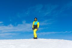 Snowboarder che fa scorrere giù la collina, montagne della neve Immagine Stock