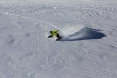 Snowboarder che guida la neve profonda della polvere Fotografia Stock Libera da Diritti