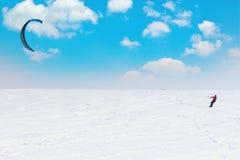 Snowboarder con la cometa en pase gratis imágenes de archivo libres de regalías