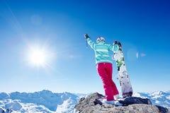 Snowboarder con la mano sollevata in montagne Immagine Stock Libera da Diritti