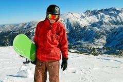 Snowboarder con las montañas en fondo Fotos de archivo