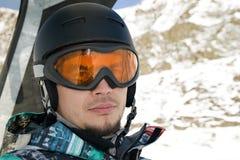 Snowboarder conduisant un télésiège Image stock