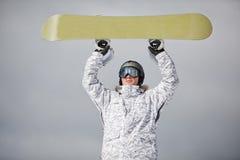 Snowboarder contra o sol e o céu Foto de Stock