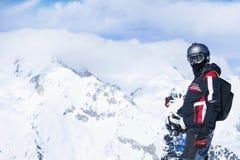 Snowboarder contro le montagne panoramiche di inverno Immagini Stock Libere da Diritti