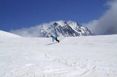 Snowboarder cuesta abajo en alta montaña nevosa Fotos de archivo libres de regalías