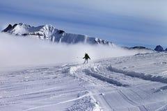 Snowboarder cuesta abajo en cuesta fuera de pista con nieve nuevo-caida Foto de archivo
